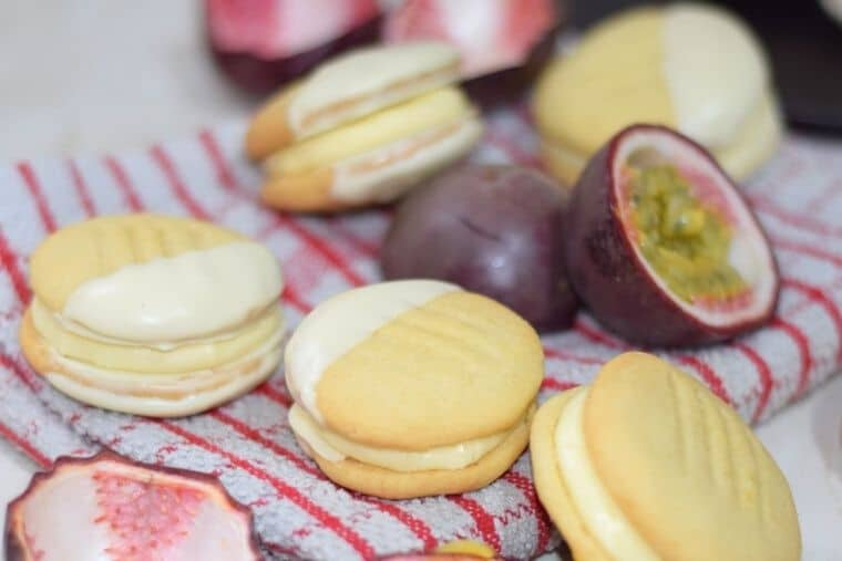 Passionfruit Viennese biscuits with fruits