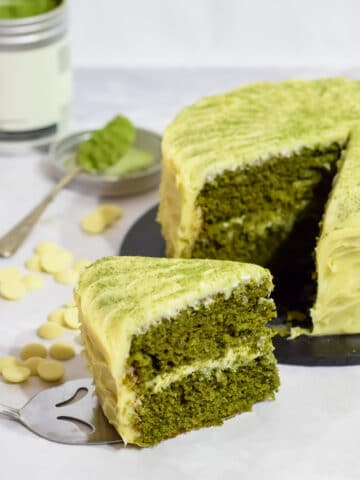 easy matcha green tea cake with white chocolate ganache frosting and matcha powder dusting
